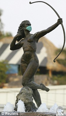 A statue of Diana wearing a surgical mask in Acapulco